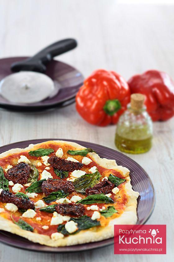 #Pizza ze #szpinak.iem, suszonymi pomidorami i mozzarellą - #przepis  http://pozytywnakuchnia.pl/pizza-ze-szpinakiem-i-suszonymi-pomidorami/  #kuchnia #obiad