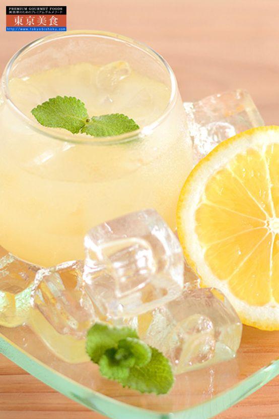 レシピが100種超えるコンフィチュールの専門店がつくる。銀座のジンジャー 選べる1本ギフトボックス 日向夏と瀬戸内レモン。   酸味が少なく薄味でさっぱり、さわやかな日向夏。まろやかな酸味、瀬戸内レモン。2つの国産柑橘の美味しさをバランスよく合わせた爽快感のあるジンジャーシロップ。  日向夏とは・・・宮崎を代表する柑橘のひとつで柚子の香りに似たさわやかな果実です。日向夏は1820年頃に宮崎で偶然発見されたのが始まりで、その後、日向夏ミカンと命名され今日に広まっています。他の柑橘類とは違い、白皮(アルベド)ごと食べられる品種で、味わいはグレープフルーツより酸味が少なく、薄味でさっぱりしているのが特徴です。  瀬戸内レモンとは・・・瀬戸内の温暖で雨の少ない気候はかんきつ類の栽培適地で、その中でも広島県のレモンは生産量日本一を誇っています。また、防腐剤を一切使用しないので、料理やドリンクに皮ごと安心して使えると人気が高まっています。まろやかな酸味が特徴的。…