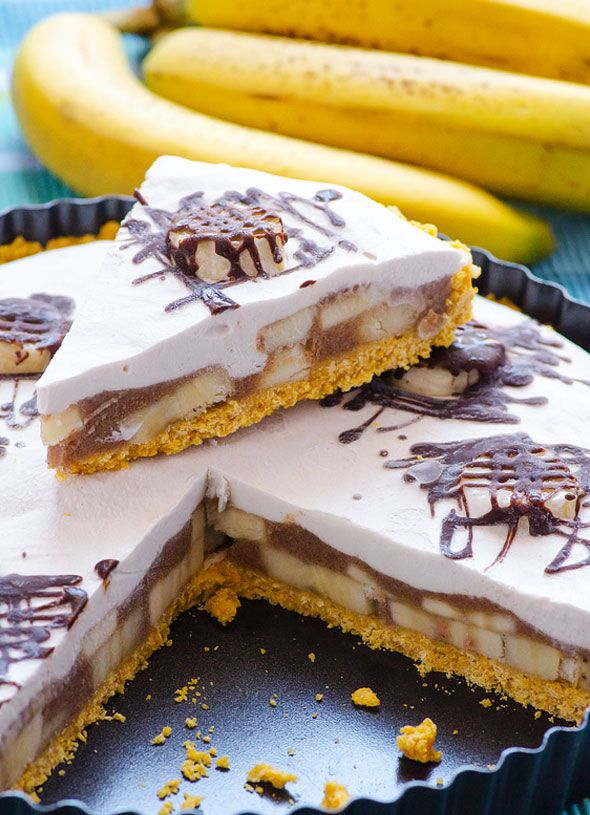 Clean Eating No Bake Banana Cream Pie -- A classic summer dessert made healthy and with no refined sugars. Vegan and gluten free. Kids approved.
