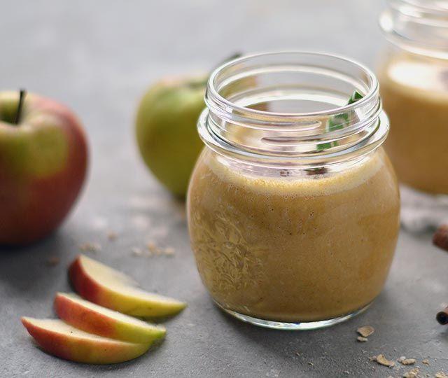 Deze pompoen smoothie is lekker, zacht kruidig en heerlijk romig. Het is echt zo'n smoothie die je op een herfstachtige gure ochtend voor jezelf maakt en waarvan je helemaal blij wordt. Zo lekker is deze pompoen smoothie met appel! Bekijk nu snel het recept.