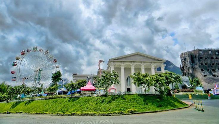 Tempat Wisata Jawa Timur Park 2 berlokasi di jl. Oro-oro Ombo no.9 Kota Batu dari Pasar Besar Batu/Terminal Batu jalan menuju Oro-oro Ombo tidak sampai 2 Km