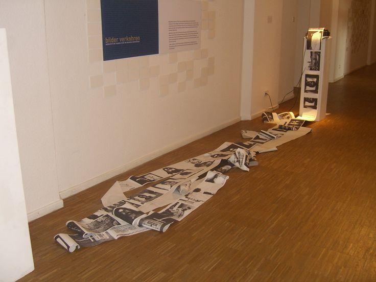 """Schattenfaxe, consistió en enviar desde Colombia, imágenes de desaparecidos o personas secuestradas, por medio de un fax antiguo instalado en la sala de exposiciones del """"Kunsthaus"""" de Núremberg. La iniciativa era invitar gente, familiares de los desaparecidos, transeúntes, etc. darles el numero del fax y proponerles enviar la imagen directamente al museo en tiempo real, desde Colombia hasta Alemania. El Objetivo de esta Acción- Instalación, era devolverle a los desaparecidos su existencia…"""