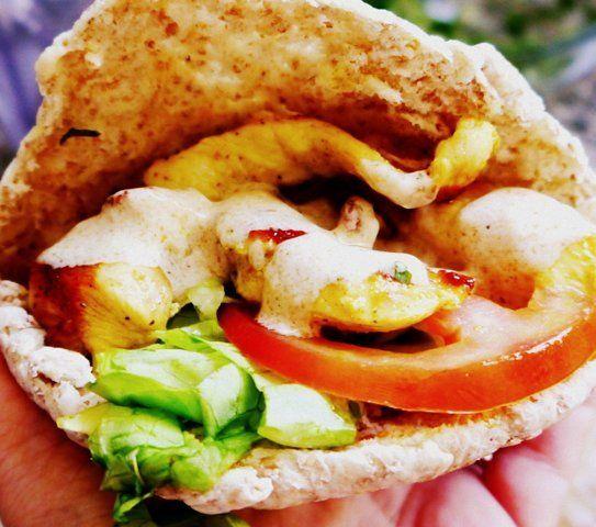 KEBAB CASERO DE POLLO  👳Ingredientes  para 4 kebabs caseros    1 pechuga de pollo grande  1 tomate  6 hojas de lechuga  4 rodajas de pan árabe  Opcionales: zanahoria rallada, cebolla, queso feta 👳Para la marinada:  jugo de 1 limón  1 diente de ajo  1 cda. de aceite de oliva  1 cdita. de curry suave (¡o picante!)  1/2 cdita. de comino 👳Para la salsa:  2 cdas. de yogurt natural  1 cda. de tahini...