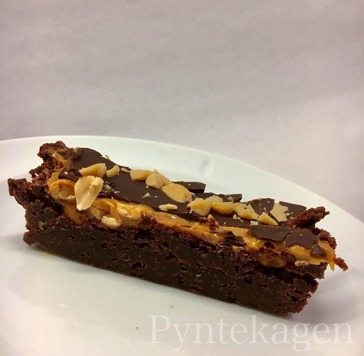 En dejlig snasket kage med karamel og peanuts :) Det er også en lidt tung kage, så skær ikke for store stykker. Snickerskage 150 g mør...
