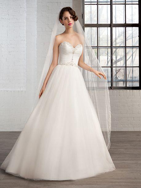 Trouwjurk van het merk Cosmobella. Deze strapless jurk is gemaakt van tule. De top heeft een sweetheart halslijn en is afgezet met strass stenen.