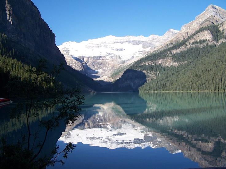 ¿Sabías que El color del Lake Louise se debe al polvo de roca que llega hasta ahí por el agua que se ha derretido del glaciar Lefroy y de los dos glaciares Victoria, que dominan el lago? #DatoPalacio con viajes palacio.