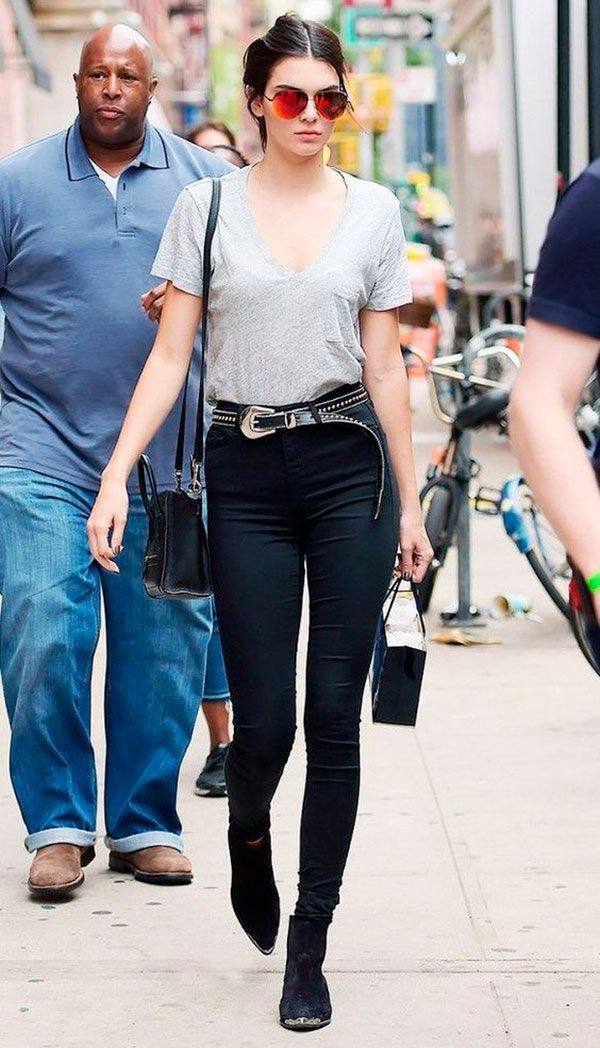 3. O look basiquinho de jeans de cintura alta + tshirt fica mais rico com um cinto trabalhado.