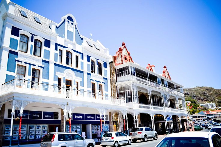 During a long time, the city belonged to the British. Today, the Victorian architecture is an evidence of this past. It offers beautiful street with sophisticated and quite colorful buildings.