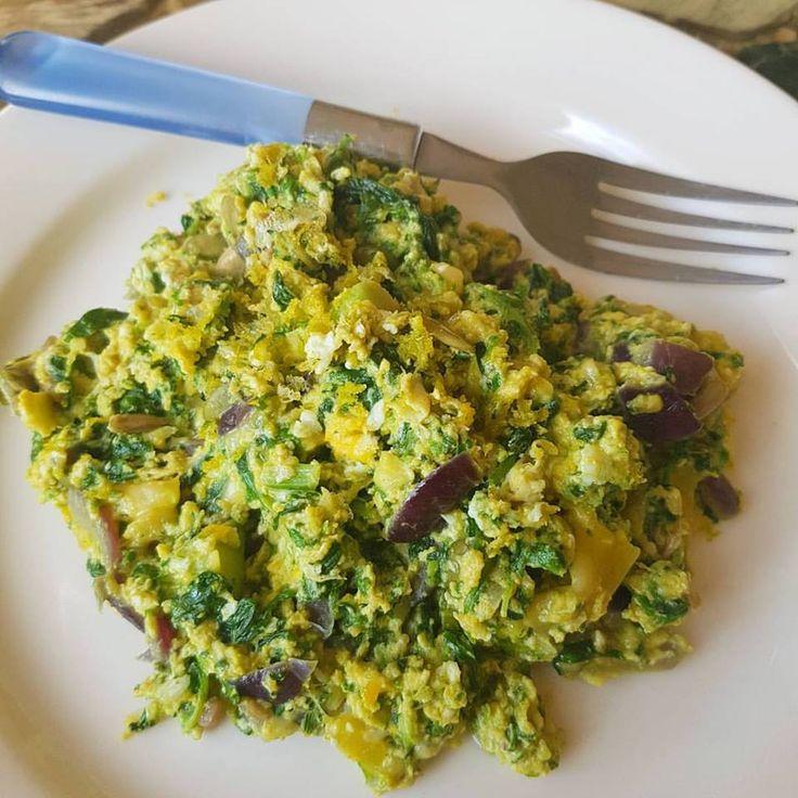 Heerlijk vegetarisch ontbijtje met ei en spinazie.  - 2 eieren - 30 gram 30+ kaas  - Handjevol bevroren avocado stukjes (ah) - 100 gram biologische diepvries spinazie - Zaden en pitten naar keuze  - Een halve rode ui - 1 teentje knoflook - Snufje zout - Kerrie kruiden