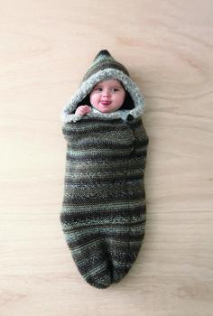 Layette 2016 : Un cocon pour votre bébé ! Ce nid d'ange douillet modulable avec boutons est réalisé en jersey et point mousse. Un modèle proposé en tailles 0-3 mois et 6 mois.