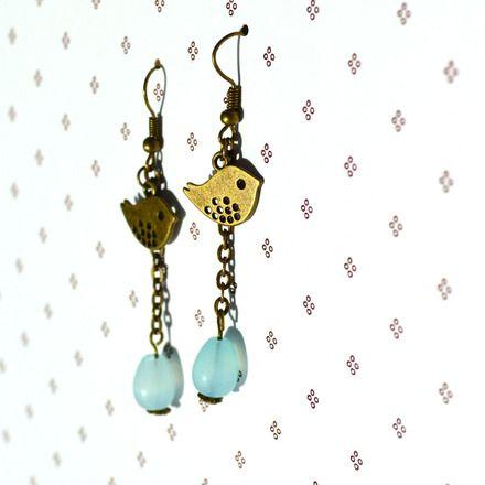 Boucles d'oreille romantiques pendantes bronze oiseaux et perles de jade pastel Christée : Boucles d'oreille par lala-n-co