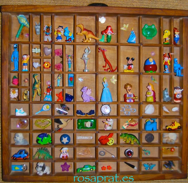 Viejo cajón con juguetes pequeños,  recuerdos con reciclaje...
