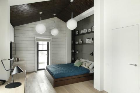 Вариант оформления маленькой спальни в черно-белых тонах