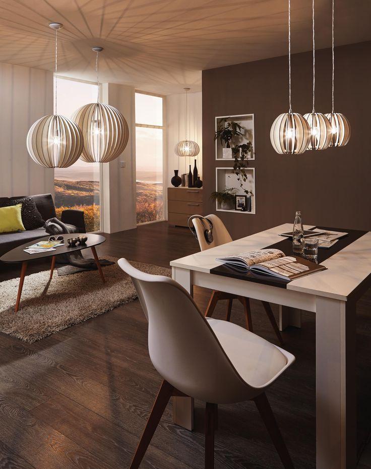 Mit den skandinavischen Hängeleuchten aus Holz verleiht ihr eurem Zuhause eine moderne Atmosphäre. Der extravagante Lampenschirm sorgt nicht nur für ein ungewöhnliches Wohnaccessoires, sondern spendet auch angenehmen Licht. Überzeugt euch selbst von diesen Leuchten, die schon bald an ein Kunstwerk erinnern.