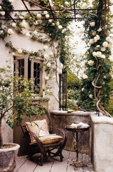 Virágos erkély - falécből lugas, rá fehér rózsát futtatni