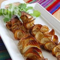 Een aardappel met de spiralizer in een spiraal gesneden, op een sateprikker gespiest, met tacokruiden gekruid en gebakken in de oven. Een soort reuze'wokkel', maar dan vers en lekker!