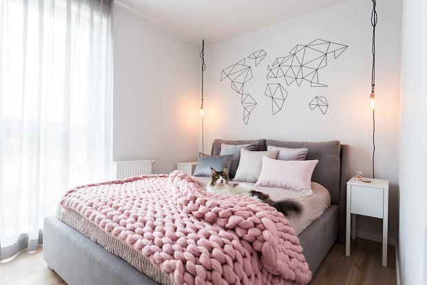 Przytulna sypialnia. Pierwsze skrzypce gra tutaj duże tapicerowane łóżko.