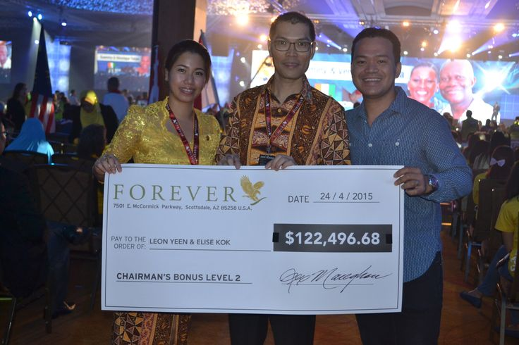A pose with successful couple during #FGR15 in Singapore #foreverliving