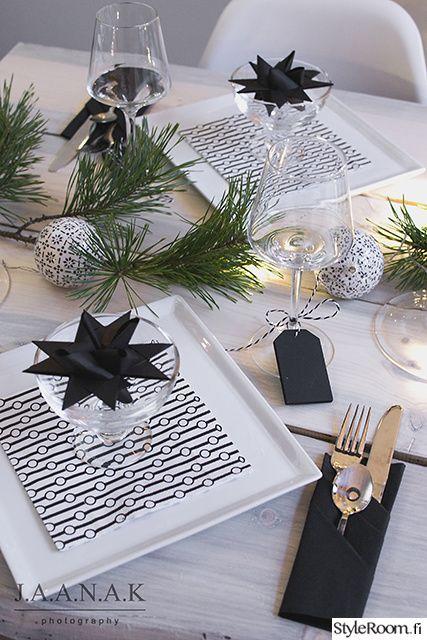 Luukku 20: jaana_k Tässä kauniissa joulupöydässä on monta kekseliästä yksityiskohtaa, kuten viinilasikortit, joihin voi kirjoittaa liidulla. #joulu #styleroom #kattaus #joulukattaus