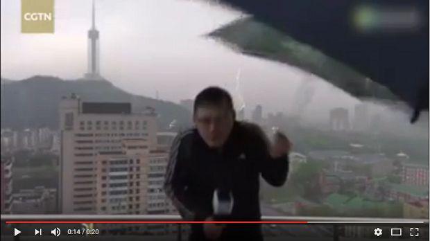 (Video) Reportero Chino es alcanzado por un rayo durante su reporte - http://www.esnoticiaveracruz.com/video-reportero-chino-es-alcanzado-por-un-rayo-durante-su-reporte/
