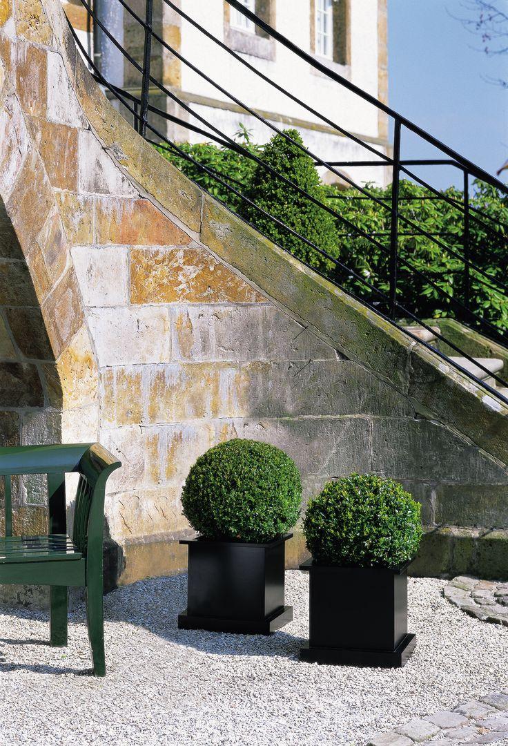 Donica Flower została wykonana ze stali nierdzewnej malowanej proszkowo, dzięki  czemu jest odporna na wysokie oraz bardzo niskie temperatury. Donica Flower może stać na dworze cały rok.