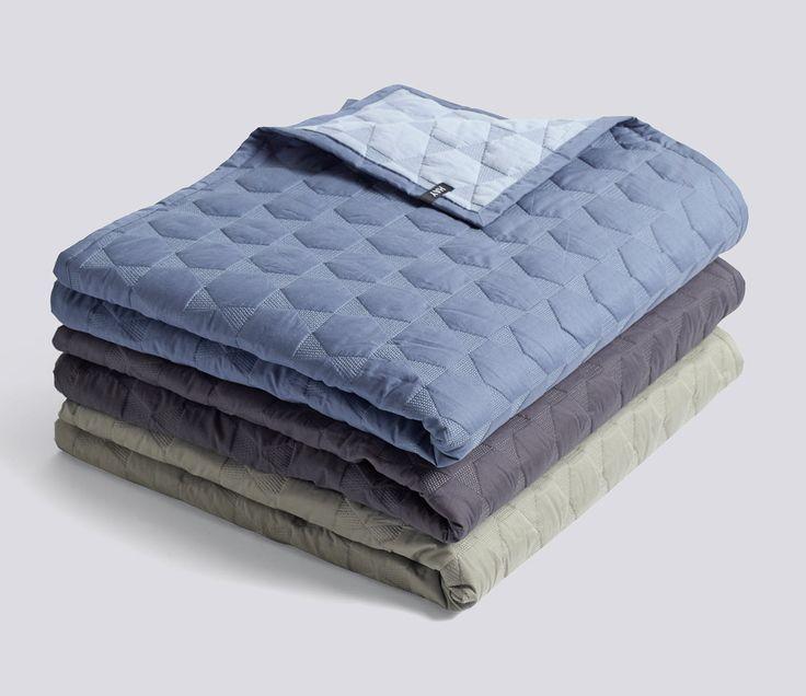 Det dekorative Polygon Quilt er et flott sengeteppe med sekskantetet mønster. Sengeteppet har forskjellige fargekombinationer på hver side, så du kan snu det etter hva der passer best til sengetøyet. Mål 220x260
