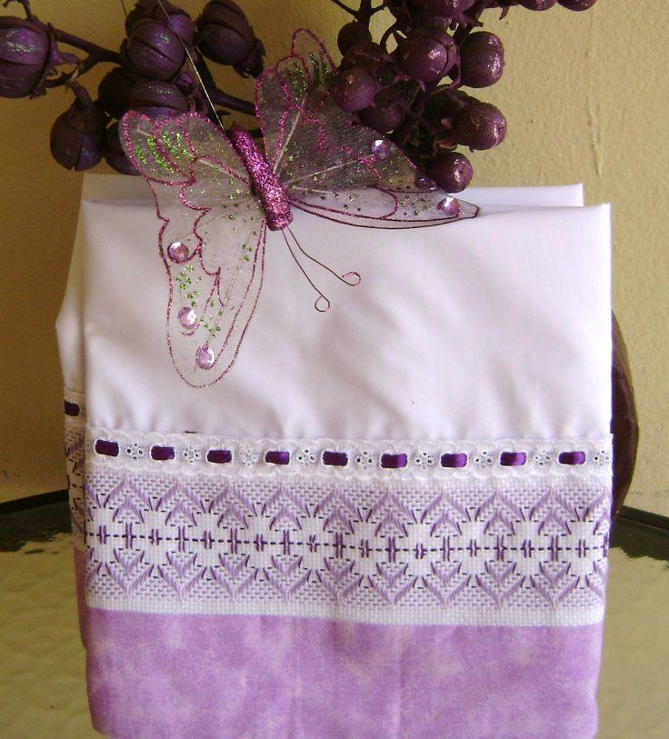 Nuevas fundas para almohadas ahora en color blanco combinada la decoración en tono morado lila, el bordado es yugoslavo. Me encanta el resultado