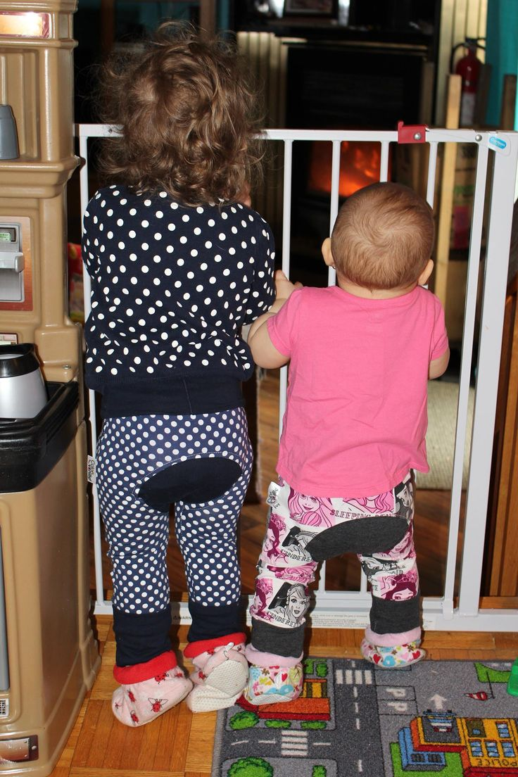 Two little girls in their evolutive pants (11 month and 27 month). Maxaloones, baby pants, toddler pants, infant pantalon, pantalon évolutif Coton Vanille