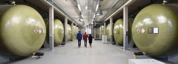 Riesige grüne Tanks, Rohrleitungen, Pumpen - abgebildet ist die Energieebene des gegenwärtig wohl größten Stromspeichers in Deutschland. Die Batterie soll 20 Megawattstunden Strom aufnehmen können.
