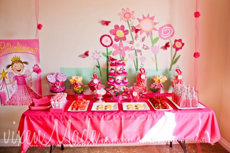 I LOVE this Pinkalicious party! Wish I saw this 4 months ago! :( Like the way she repurposed Starbux Frap bottles to serve out lemonade drinks.