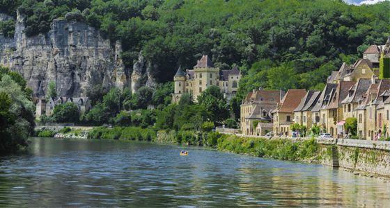 2. La Roque-Gageac Situé sur les rives de la rivière Dordogne et protégé par une falaise de calcaire rugueuse, ce village a une particularité : son microclimat. Ne soyez pas surpris si vous voyez des plantes tropicales, des palmiers, ou des plantes colorées qui sont atypiques dans la région. La présence d´une église médiévale et d´une mansion complète cet ensemble unique où vous songez à vous y perdre.