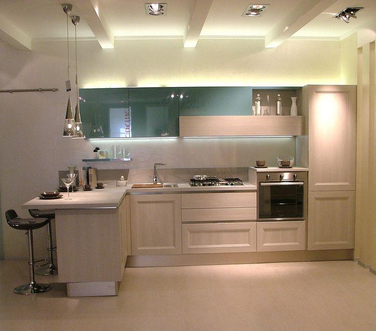 Cucina Tablet.go di Veneta Cucine con anta link in finitura rovere grigio e pensili laccati verde mare. In esposizione nello show room di Correggio.