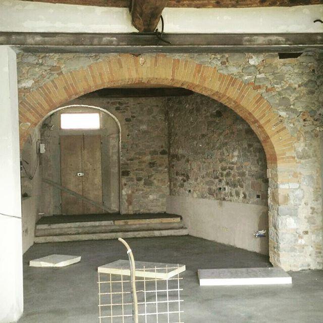 Work in progress!! #emporioorenga #interiordesign #living #tuscany #acquapanna #arc #bricks #concretedecor #concrete #stonewall #workinprogress