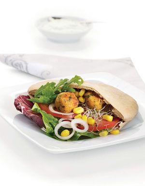 En deilig og smakfull vegetarmiddag med falafel i grove pitabrød, salat og tzatziki.
