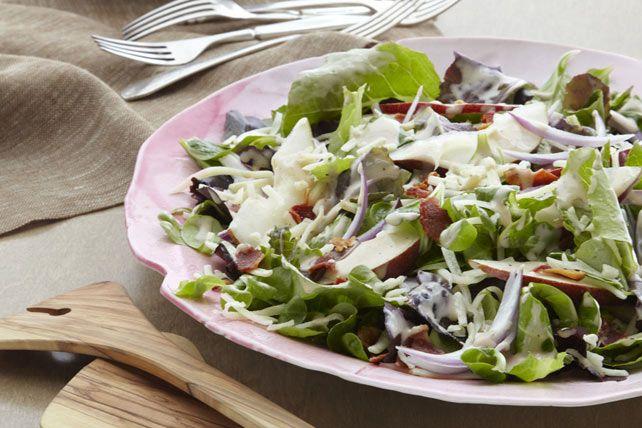 Cette salade servie en entrée commence bien le repas. Elle est composée de verdures variées, de tranches de poire, de fromage râpé et de bacon croustillant, le tout arrosé d'une vinaigrette balsamique.