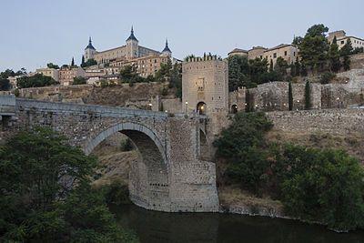 """El puente de Alcántara (del árabe القنطرة al-qanţaratu, """"puente"""") se levanta sobre el río Tajo, en la ciudad de Toledo (España). Situado a los pies del castillo de San Servando y junto a la Puerta de Alcántara, se tiene constancia de su construcción en la época romana, en la fundación de Toletum. Era uno de los puentes que daba entrada a la ciudad y era en el Medioevo entrada obligada para todo peregrino."""