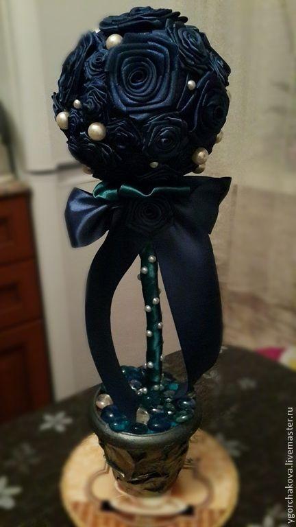"""Купить Топиарий """"Изысканность"""" - тёмно-синий, атласные ленты, атласный цветок, атласные розы"""