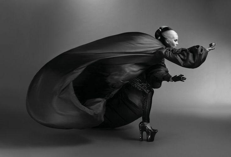 Daphne Guinness pour Alexander McQueen http://www.vogue.fr/culture/a-lire/diaporama/alexander-mcqueen-editions-eyrolles-daphne-guinness/12353/image/739003#daphne-guinness-alexander-mcqueen-a-lire-retrospective
