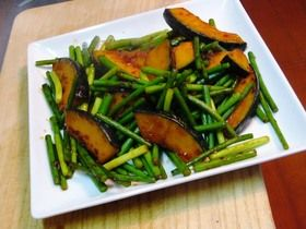 かぼちゃとにんにくの茎のピリ辛炒め