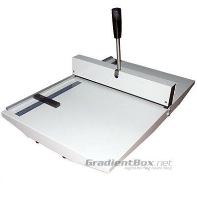 Perforasi manual dengan kapasitas sampai 450 gram sekali proses. Bisa untuk kertas selebar F4-A3.
