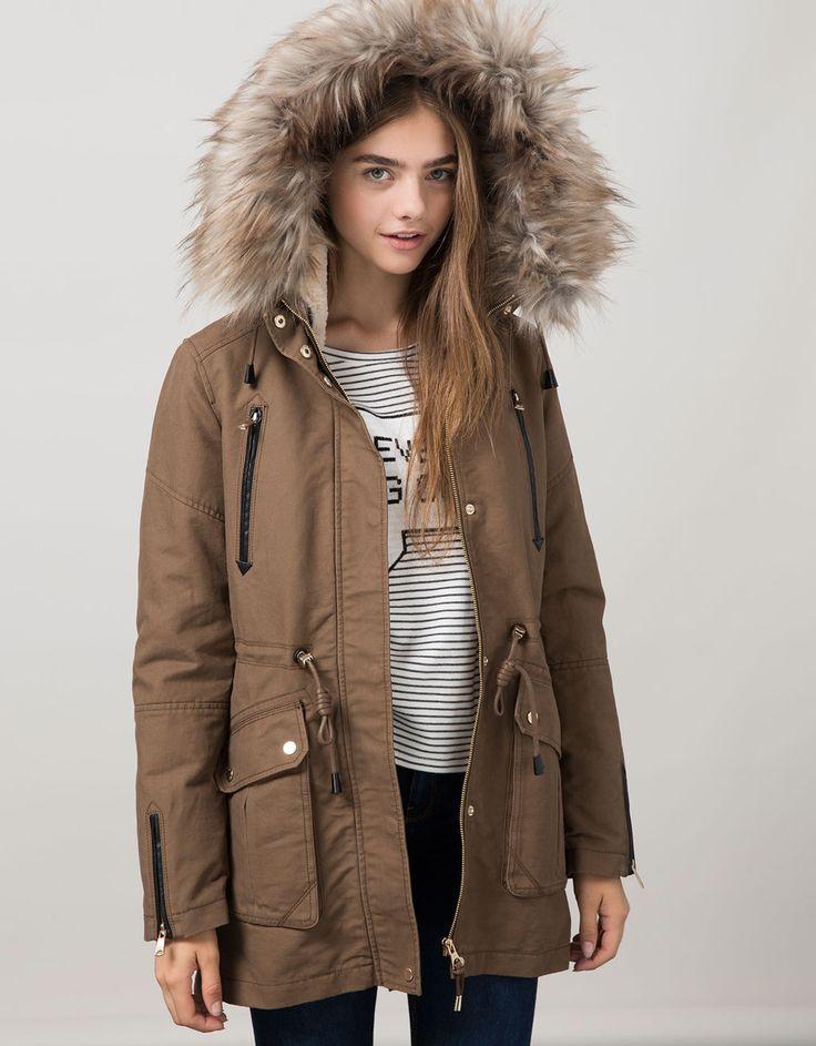 Παρκά BSK με επένδυση και γούνα που αφαιρείται. Ανακαλύψτε το μαζί με πολλά άλλα ρούχα στο Bershka, με νέες παραλαβές κάθε εβδομάδα.