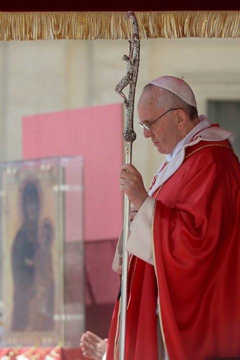 Pape François - Pope Francis - Papa Francesco - Papa Francisco - Le mystère de la Croix, un mystère d'amour, ne peut se comprendre que dans la prière. Prier et pleurer à genoux devant la Croix. (Pape François, Tweet du 10 octobre 2013)