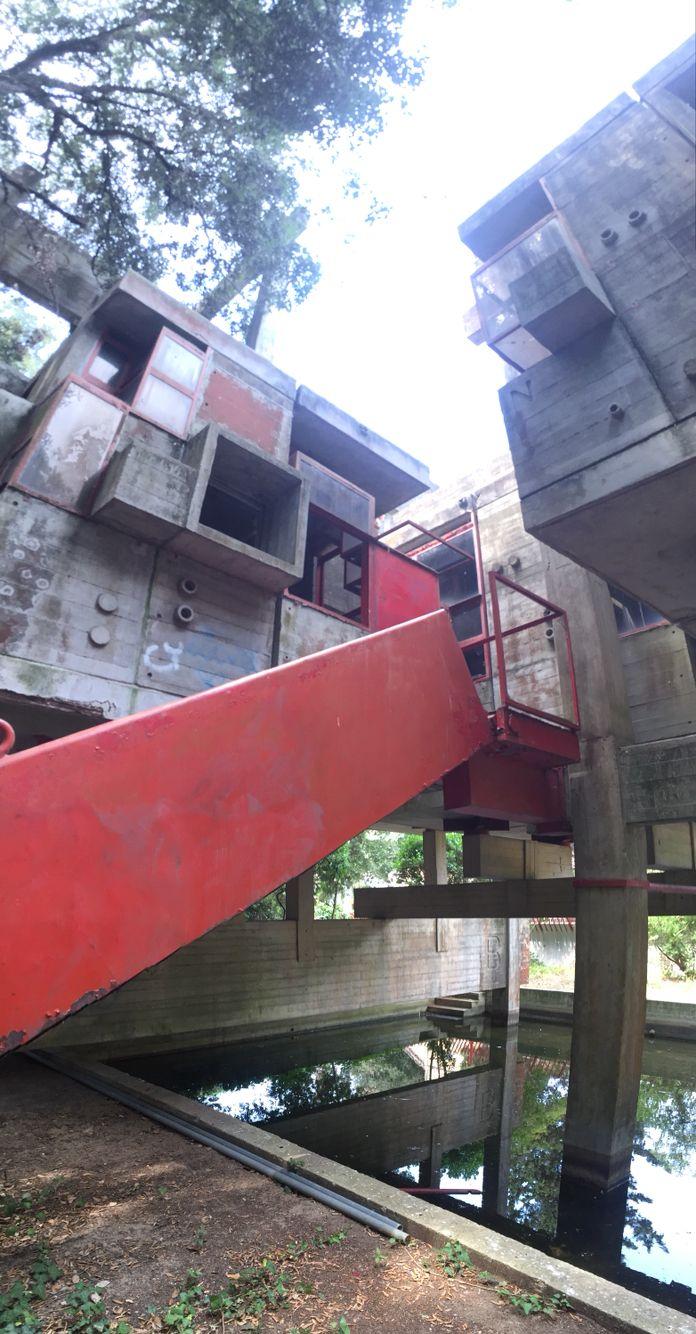 giuseppe perugini ruin of his experimental house fregene Italy entrance stair