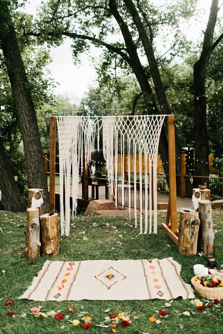 Bodas boho con troncos + macrame + alfombras