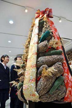 オオサンショウウオのぬいぐるみをツリー状に重ね、着物の生地で飾ったクリスマスツリー(京都市下京区・京都水族館)