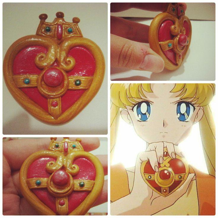 Sailor Moon S broche de transformação! <br> <br>Esse é o maior item de cerâmica plástica que já fiz, e o mais demorado pois levei horas modelando ele! <br> <br>Broche feito em fimo e Pvclay (polymer clay) totalmente feito à mão, de fã pra fã. <br> <br>Se você faz cosplay, não pode perder de completar seu look com o broche de transformação. Se é fã como eu, não pode deixar de usar um item tão cute das nossas sailors!