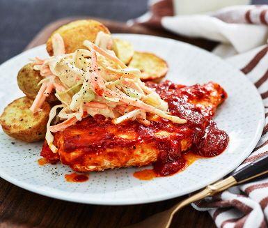 Ikväll blir det smaskig BBQ-kyckling till middag. Tillsammans med skivad potatis i ugn är detta en favorit i många hem. Gör en egen krämig och god coleslaw att servera till genom att blanda råkostsallad med smetana, chilisås och senap. Hoppas det smakar!