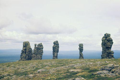 Остров Пасха?  Каменные идолы часто встречаются на островах Индийского и Тихого океанов – но не на приарктическом плато далеко в тайге. Гигантские каменные «идолы» на североуральском плато Маньпупунёр – естественные скальные образования, столбы выветривания возрастом в несколько тысяч лет. Останцев семь, их высота – 30-40 метров. Маньпупунёр – популярное место среди туристов, до него можно добраться пешком (несколько дней хода) или на вертолете.