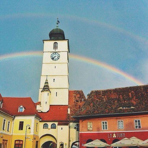 Bună dimineața de la #sibiu Turnul Sfatului văzut din Piaţa Mică Foto © @mihaisurdu #romaniamagica #romania (at Piața Mică, Sibiu)