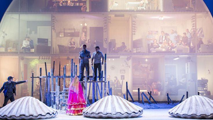 """""""Perlenfischer"""": Das Dschungelcamp, eine große Oper Kritik: Begeisterung für die humorvolle, hochkarätige Premiere von Bizets """"Perlenfischer"""" - in der genialen Regie von Lotte de Beer."""